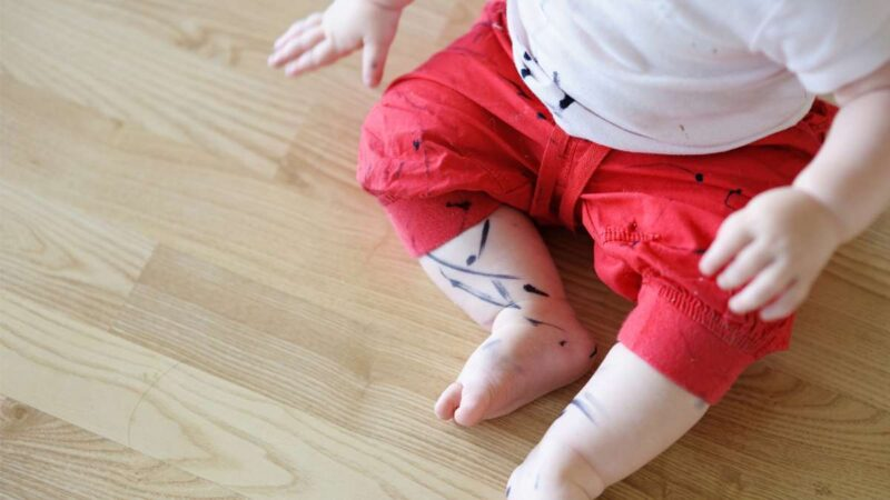 Ребенок искачкал одежду ручкой