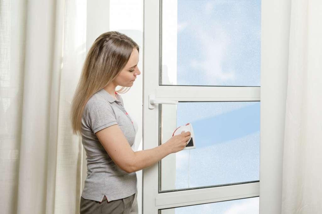 помыть окно с двух сторон