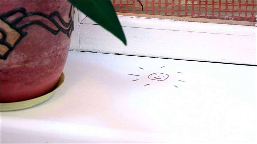 ребенок нарисовал маркером на подоконнике